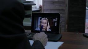 与家庭教师的妇女视讯会议膝上型计算机的在家 远程教育概念 网上教育在家 股票录像