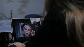 与家庭教师的妇女视讯会议膝上型计算机的在家 远程教育概念 网上教育在家 4K 股票录像