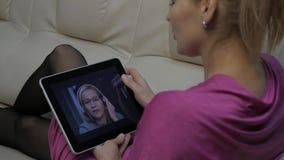 与家庭教师的妇女视讯会议膝上型计算机的在家 远程教育概念 网上教育在家 4K 股票视频