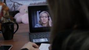 与家庭教师的视讯会议 有的少妇网上教育在家 远程教育 4K 影视素材