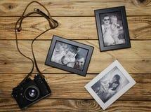与家庭照片的老照相机 免版税库存图片