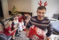 与家庭的圣诞节时间 库存照片
