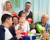 与家庭的愉快的婴孩` s生日 库存图片