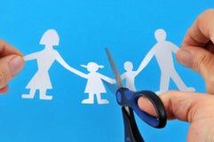 与家庭裁减的离婚概念与剪刀 免版税库存照片