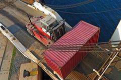 与容器的装载者在海洋轮渡船 免版税库存照片