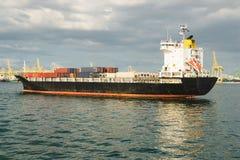 与容器的货船在口岸 运输,运输概念 库存照片