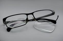 与宽松透镜,残破的外缘的打破的玻璃 免版税库存照片