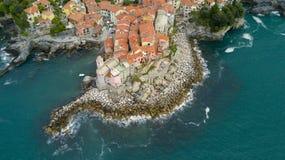 与寄生虫在Tellaro,在Cinqueterre附近的著名利古里亚村庄的空中照片射击 免版税库存照片