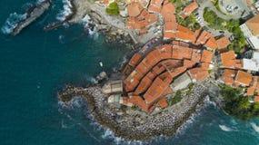 与寄生虫在Tellaro,在Cinqueterre附近的著名利古里亚村庄的空中照片射击 免版税图库摄影