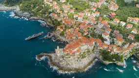与寄生虫在Tellaro,在Cinqueterre附近的著名利古里亚村庄的空中照片射击 库存图片