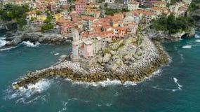 与寄生虫在Tellaro,在Cinqueterre附近的著名利古里亚村庄的空中照片射击 免版税库存图片