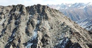 与寄生虫的射击 在落矶山脉的飞行 登山人在峰顶的上面上升 股票视频