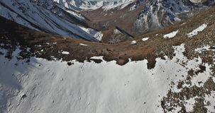 与寄生虫的射击 在落矶山脉的飞行 登山人在峰顶的上面上升 影视素材