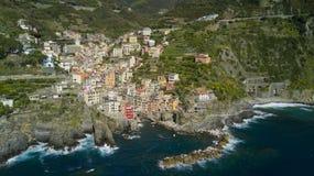 与寄生虫的空中照片射击在著名Cinqueterre的里奥马焦雷一 免版税库存图片