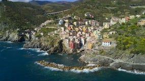与寄生虫的空中照片射击在著名Cinqueterre的里奥马焦雷一 免版税库存照片