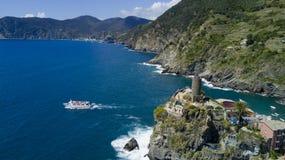与寄生虫的空中照片射击在著名Cinqueterre的韦尔纳扎一 免版税库存图片