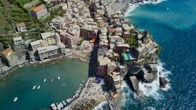 与寄生虫的空中照片射击在著名Cinqueterre的韦尔纳扎一 免版税库存照片