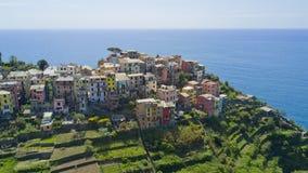 与寄生虫的空中照片射击在著名Cinqueterre的Corniglia一 免版税库存照片