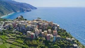 与寄生虫的空中照片射击在著名Cinqueterre的Corniglia一 免版税库存图片