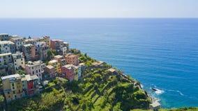 与寄生虫的空中照片射击在著名Cinqueterre的Corniglia一 图库摄影