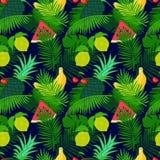 与密林的热带水果无缝的样式离开花卉暗色背景 库存照片