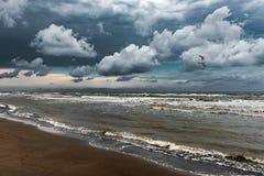 与密集的云彩的美丽的天空在风雨如磐的海 免版税库存图片