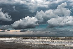 与密集的云彩的美丽的天空在风雨如磐的海 库存图片