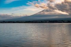 与富士山和河口湖的日本风景 免版税图库摄影