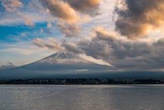 与富士山和河口湖的日本风景 免版税库存图片