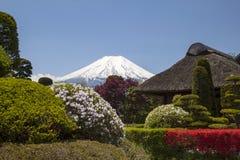 与富士山的老日本小屋 免版税库存照片