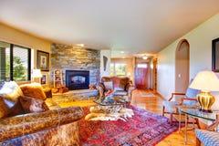 与富有的家具的豪华乡下房子内部 免版税库存照片