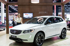 与富豪集团XC60的女性赠送者模型 免版税库存照片