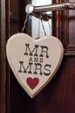 与对此和夫人的木心脏形状写的先生 免版税库存照片