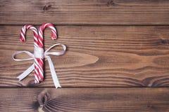 与对的木背景圣诞节棒棒糖 免版税库存照片