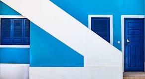 与对角白色楼梯的蓝色房子前面 免版税图库摄影