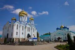 与寺庙修道院的夏天风景 库存图片
