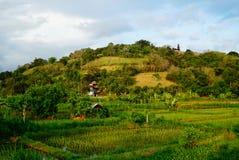 与寺庙的农村风景在小山 免版税库存照片