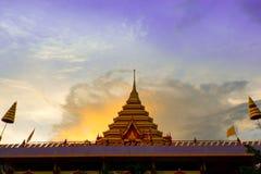 与寺庙的日落 图库摄影