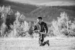 与寻找动物的步枪的猎人 充电的人寻找步枪 寻找作为男性爱好和休闲 寻找射击 免版税库存照片