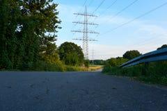 与导线和街道的电源杆 免版税库存图片