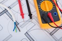 与导线的多用电表在图纸 免版税库存图片