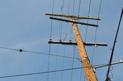 与导线的电线杆 免版税图库摄影