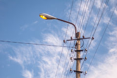 与导线的老电杆 免版税图库摄影