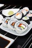 与寿司集的牌照 图库摄影