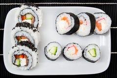 与寿司集的牌照 免版税库存图片