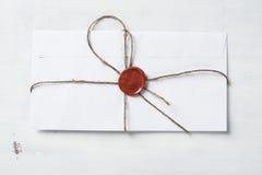 与封印的信件在桌上 库存图片