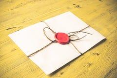 与封印的信件在桌上 图库摄影