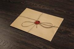 与封印的信件在桌上 库存照片