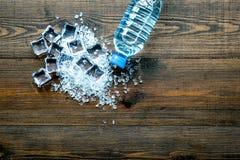 与封锁的被碰撞的冰块在木厨房用桌顶视图嘲笑 免版税图库摄影