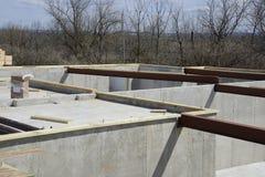 与钢粱的具体基础地板安装托梁的 免版税库存图片